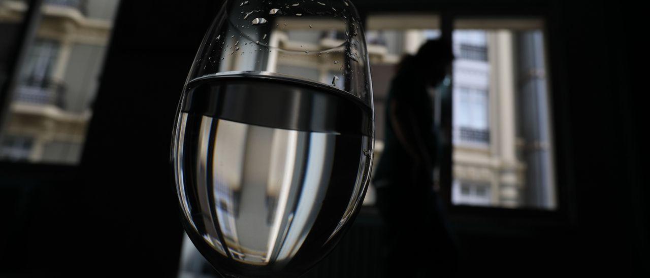 Una copa de agua sustituye al alcohol. / PIM