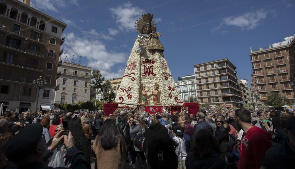 La Mare de Déu luce su manto en la Plaza de la Virgen