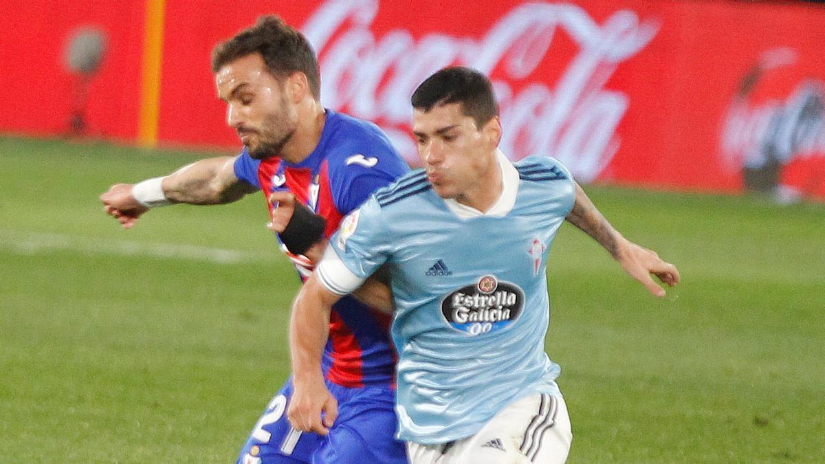 Lucas Olaza pugna por el balón con Pedro León, que entró de refresco en el Eibar.