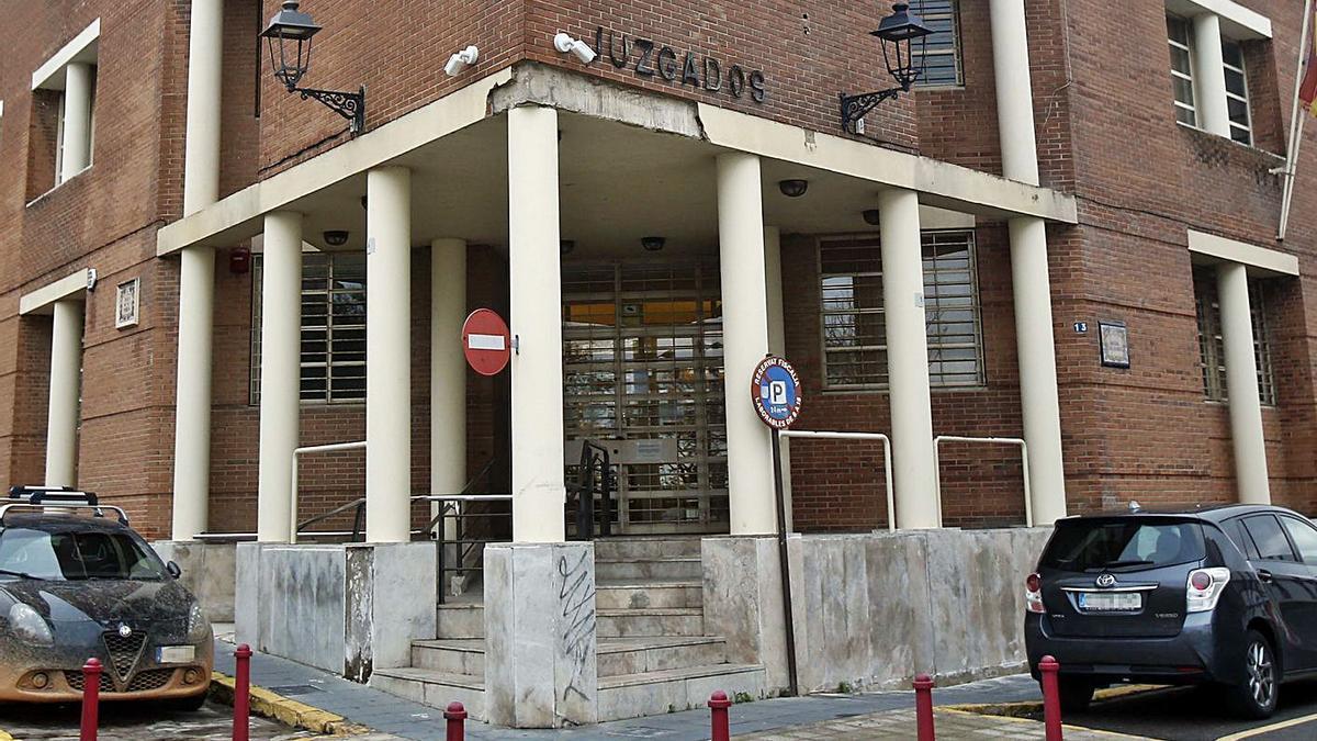 fachada de una de las dos sedes judiciales de Alzira, la enclavada en la Ronda de Algemesí.   VICENT M. PASTOR