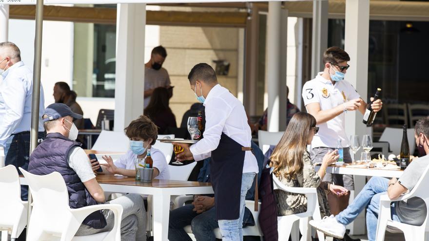 El paro baja en 5.784 personas en julio en Galicia
