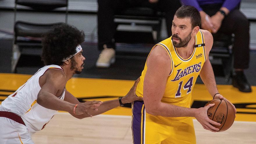 Los Lakers aplastan a los Raptors con un Gasol dominador