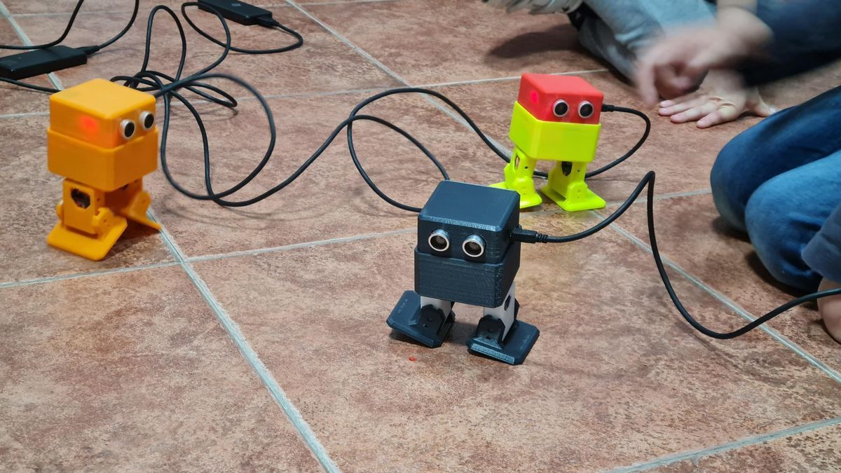 Material creado durante un taller de robótica educativa promovido por Arcadroidex.