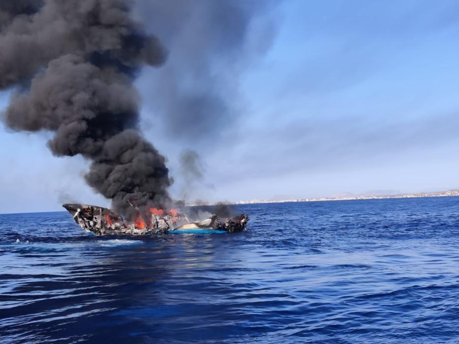 Los cuatro tripulantes han sido rescatados en buen estado y Salvamento Marítimo trabaja en la extinción del fuego.