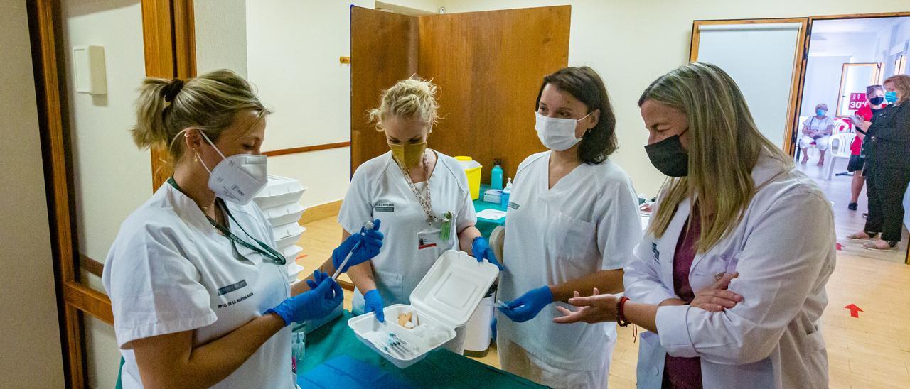 Sanitarias preparando dosis de la vacuna.