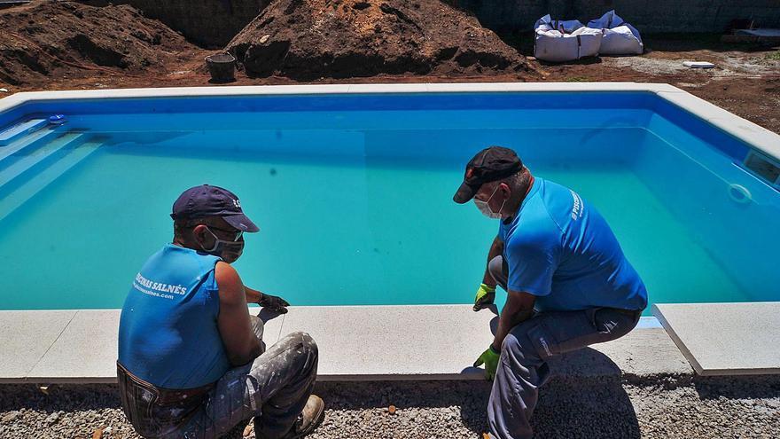 """La demanda de piscinas se dispara y ya es casi """"imposible"""" contratar una para verano"""