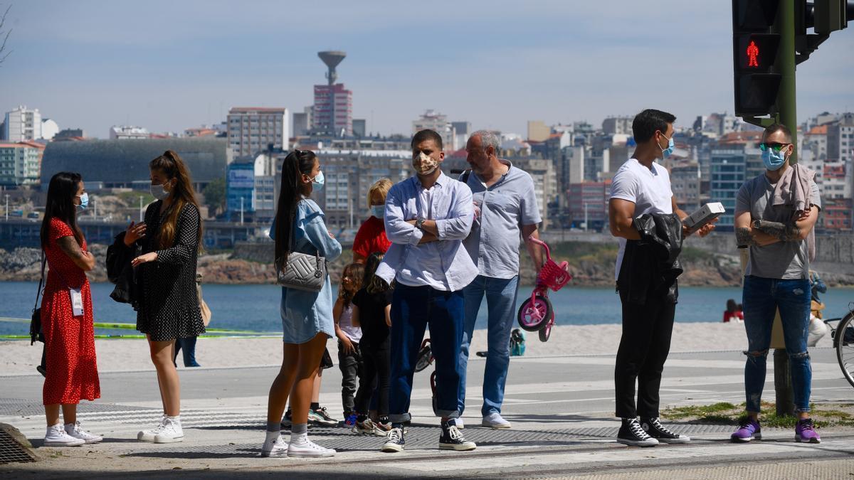 Gente con mascarilla en el paseo marítimo de A Coruña