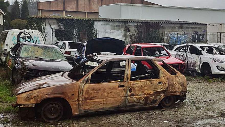 """Alternativa denuncia un """"vertedero"""" de coches y material de obra del Concello """"en terreno municipal"""""""