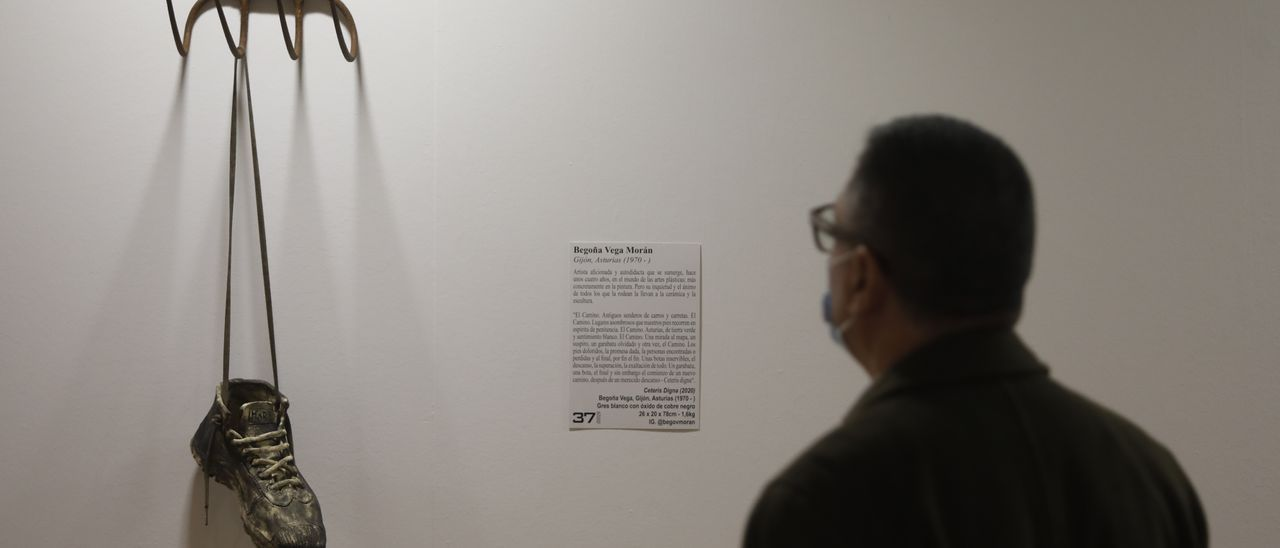 """Un visitante observa una escultura en la exposición """"Expoperegrina 2021"""", en Trascorrales."""