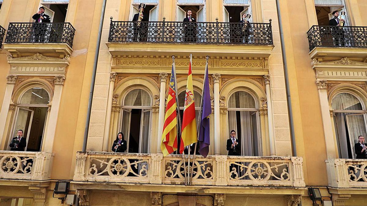 Músics valencians als balcons dels edificis de la Generalitat.   LEVANTE-EMV