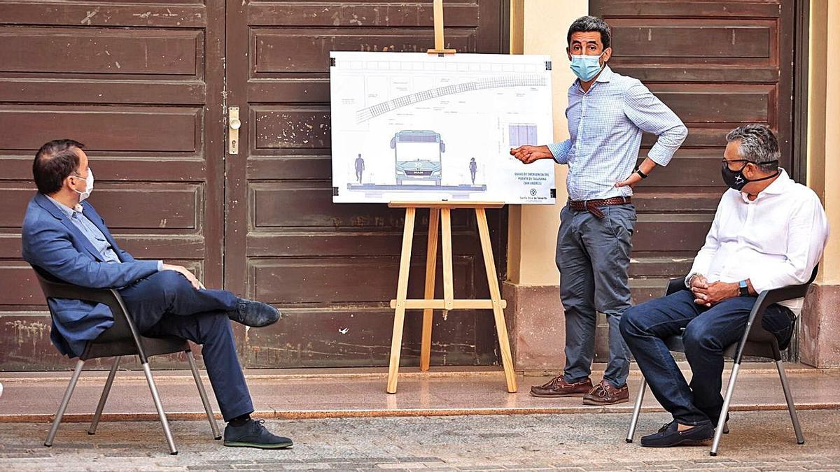 El ingeniero explica el proyecto para rehabilitar el viejo puente de San Andrés.     MARÍA PISACA