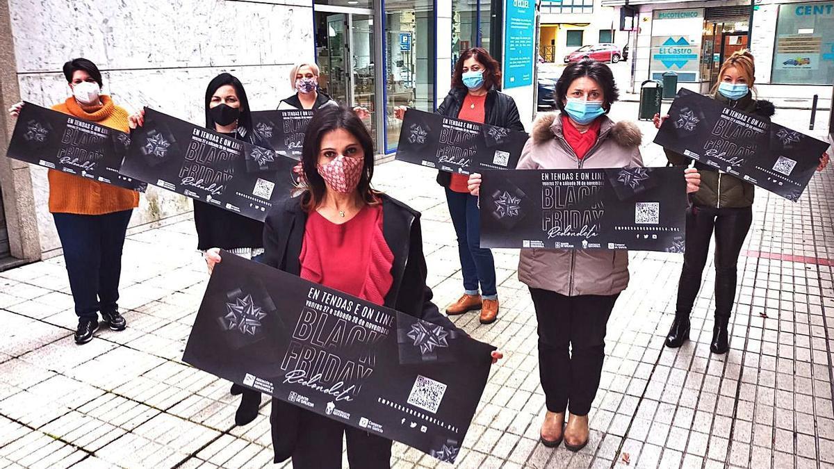 Representantes del pequeño comercio de Redondela, ayer, en la presentación de la campaña.     // FDV