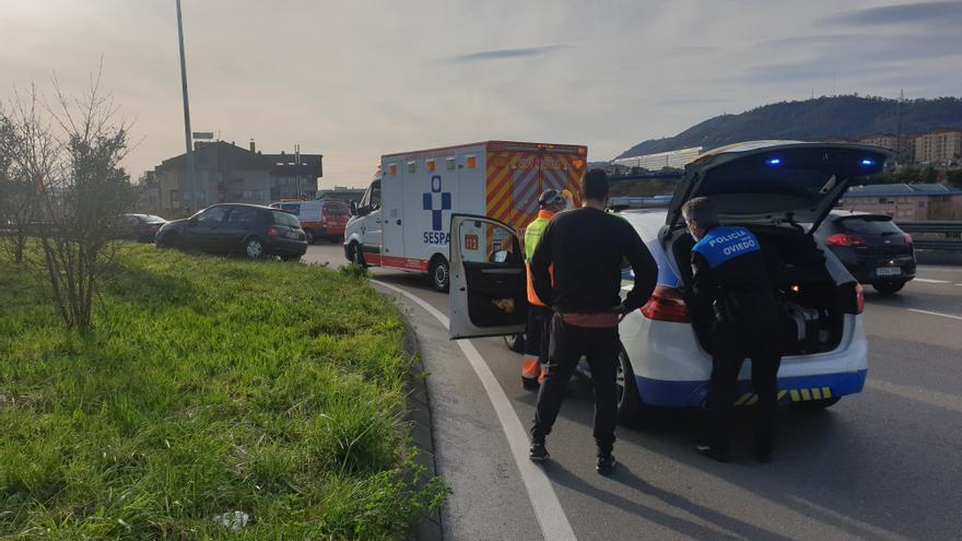 Trasladan grave al HUCA a un conductor que se estrelló contra la rotonda de Cerdeño tras sufrir una indisposición