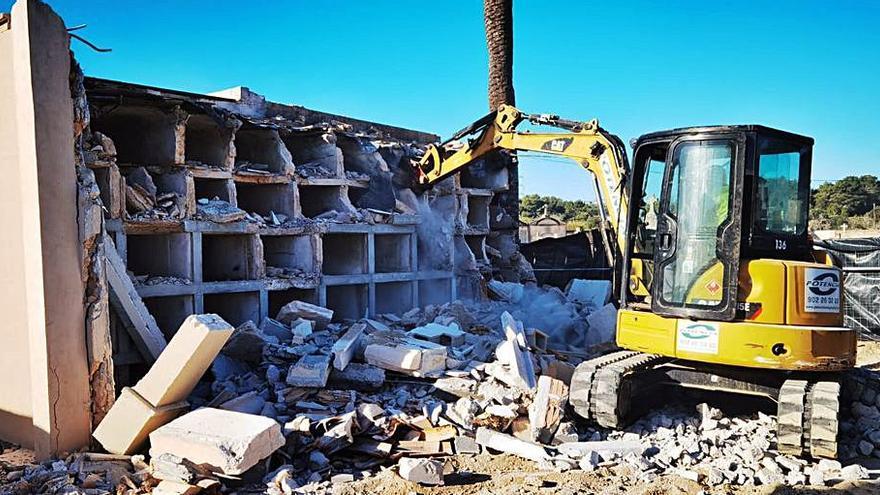 Recta final de la demolición de los nichos construidos sobre la fosa común de Porreres