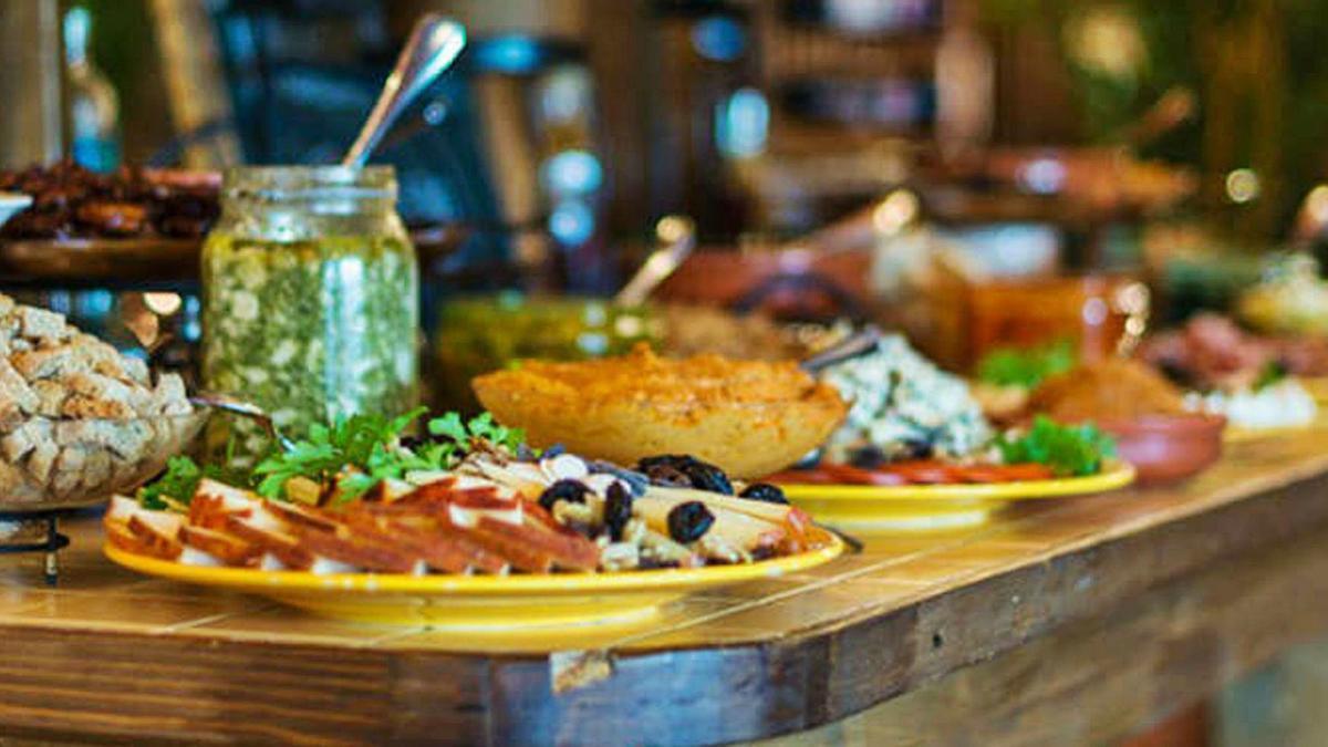 Selección de productos canarios en un bufé de un hotel de las islas.
