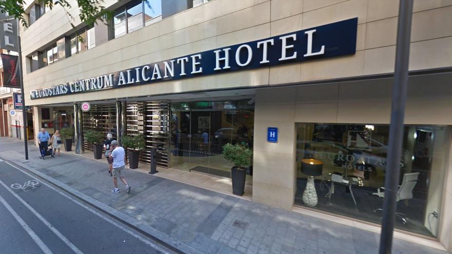 Desalojan una fiesta privada con 20 jóvenes en la habitación de un hotel de Alicante