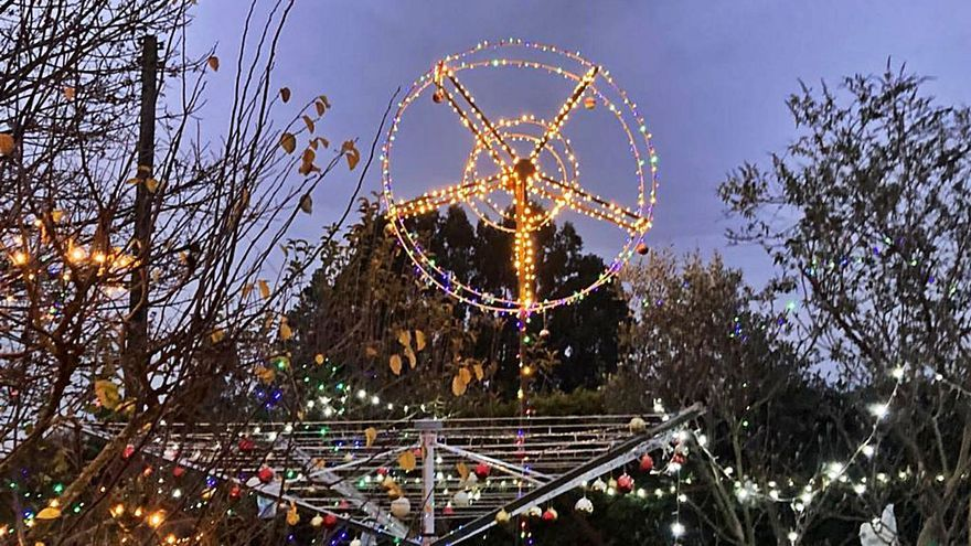 El alumbrado de una casa de Piñor la convierte en un parque temático de la Navidad
