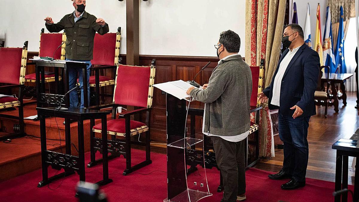 Santiago Pérez, ante Ignacio Viciana y José Alberto Díaz en el pleno del 8 de abril.
