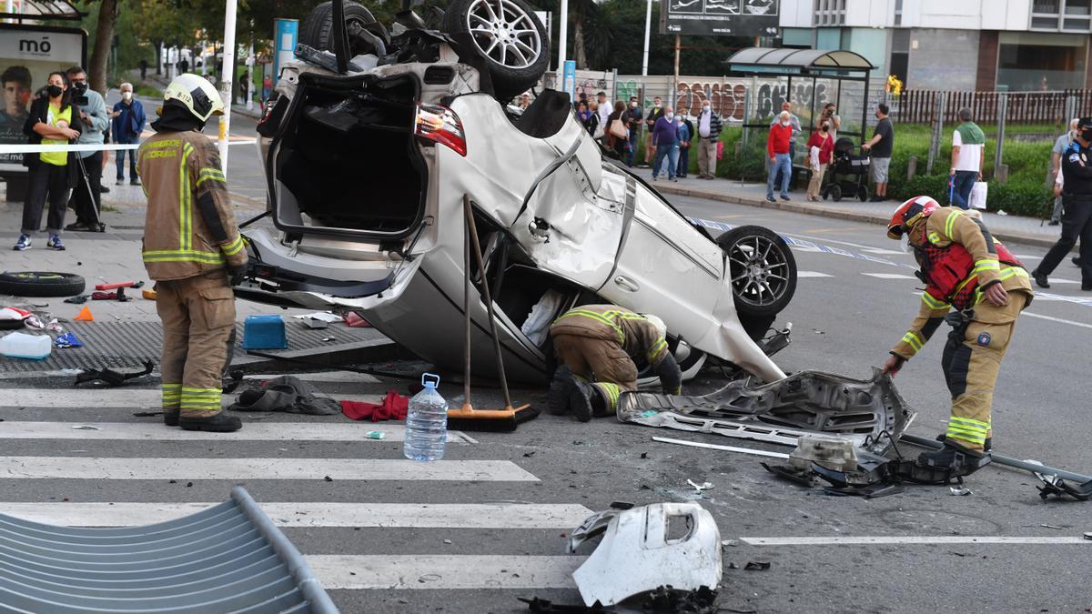 Espectacular accidente en la ronda de Outeiro con un coche precipitado a la calle Caballeros