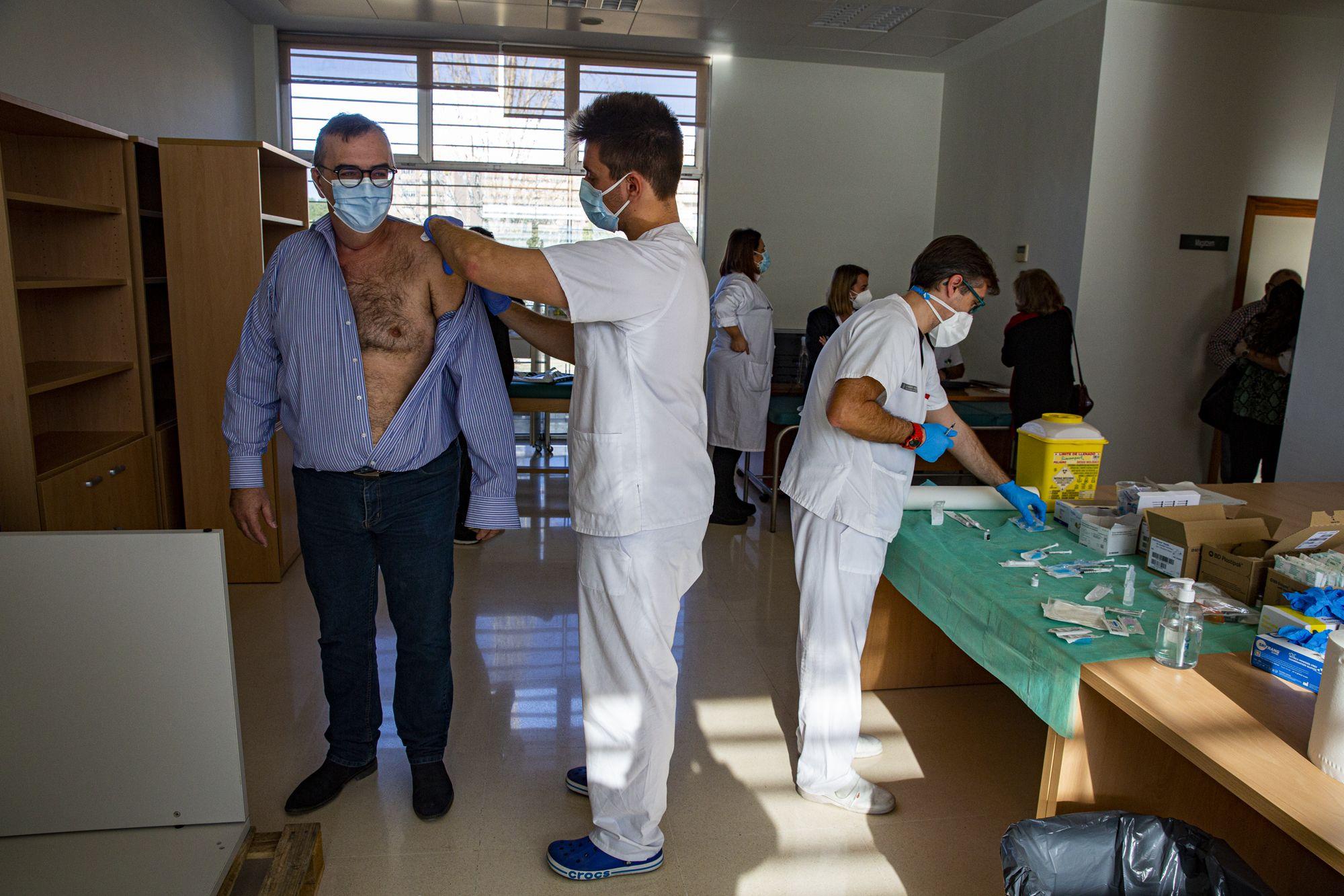 Los sanitarios del centro de salud Lo Morant de Alicante reciben la segunda dosis