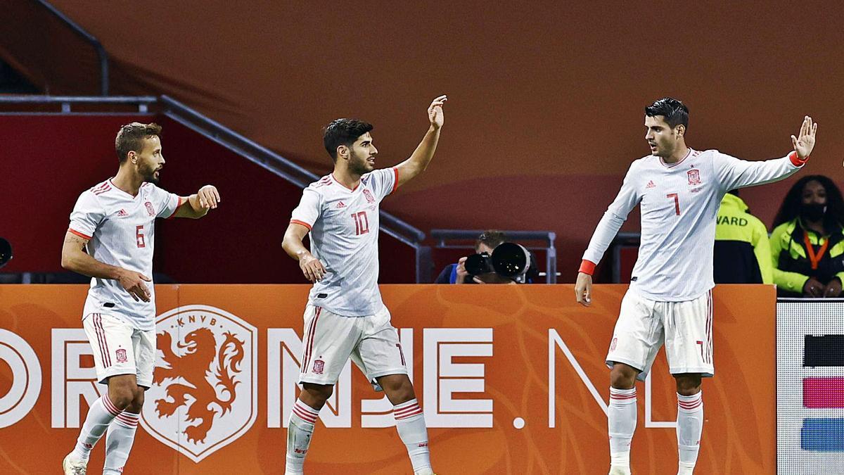 Canales, Asensio y Morata celebran el gol de España en el Johan Cruyff Arena de Amsterdam. |  // KOEN VAN WEEL