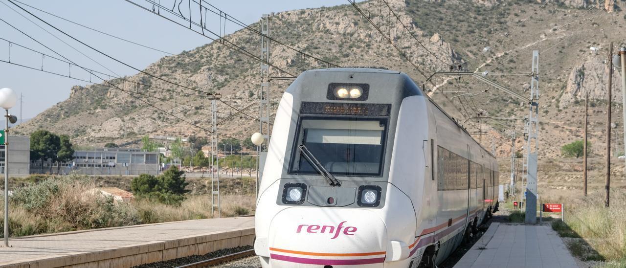 Uno de los trenes de Cercanías en la estación de Elda-Petrer.