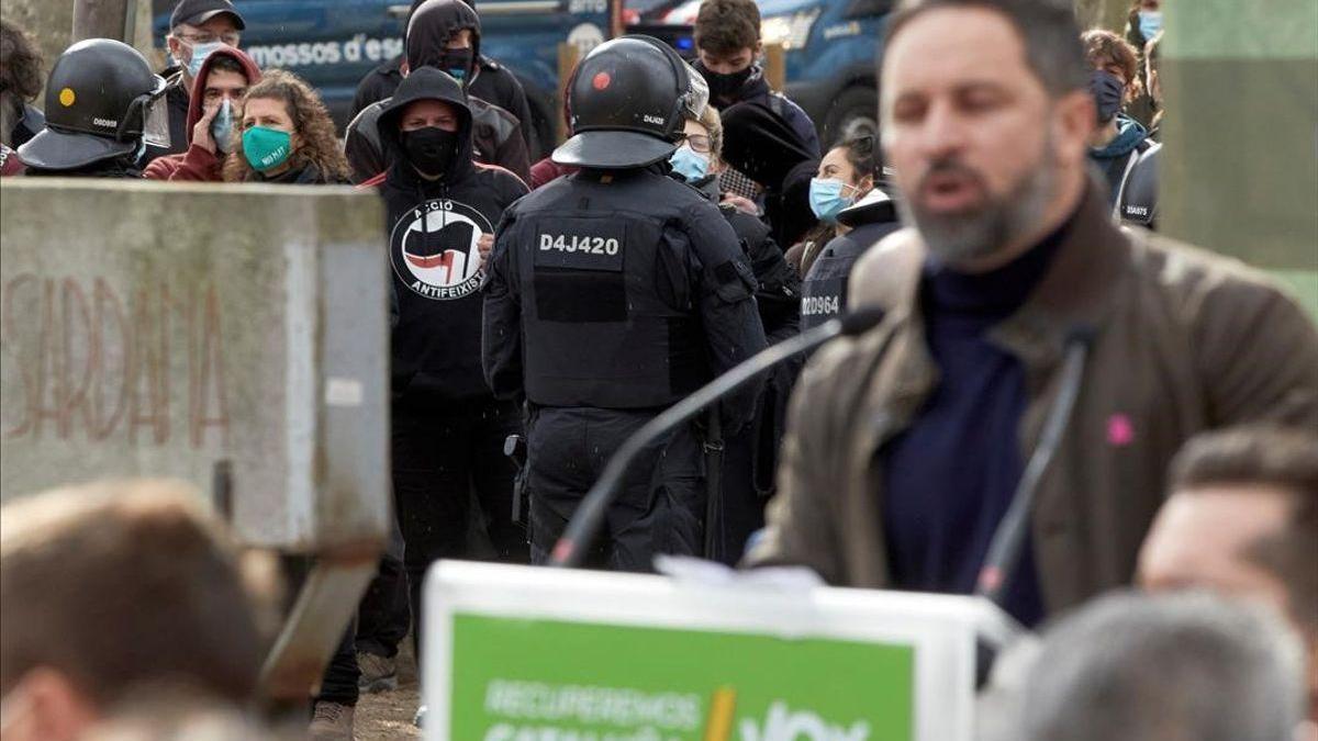 Insultos y tumultos contra Abascal en Girona, quien culpa al Gobierno y a la Generalitat