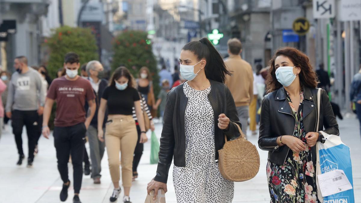 Gente paseando por la calle Príncipe, en Vigo.