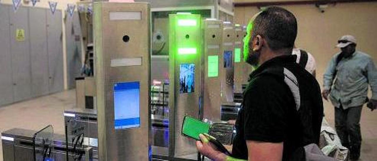 Una persona ante un control de reconocimiento facial en Israel  