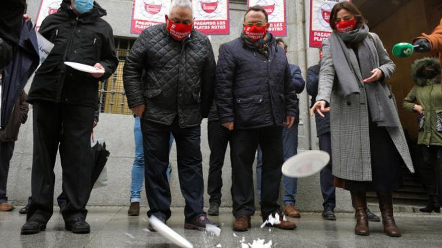 """Los hosteleros protestan porque están pagando """"los platos rotos"""" de la pandemia"""