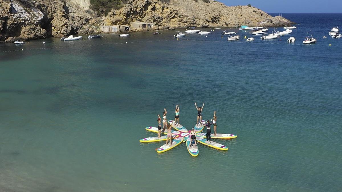 En Ibiza también se ofrecen sesiones de yoga sobre una tabla de pádel surf