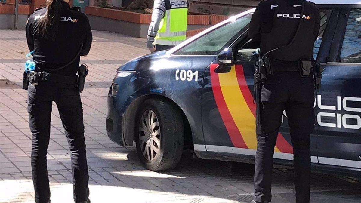 Una pareja de agentes de la Policía Nacional.