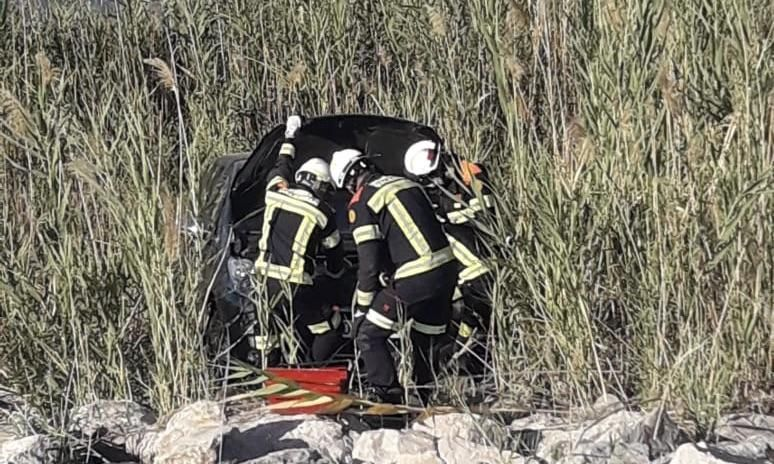 Cae al río Túria tras chocar contra un camión en la V-30