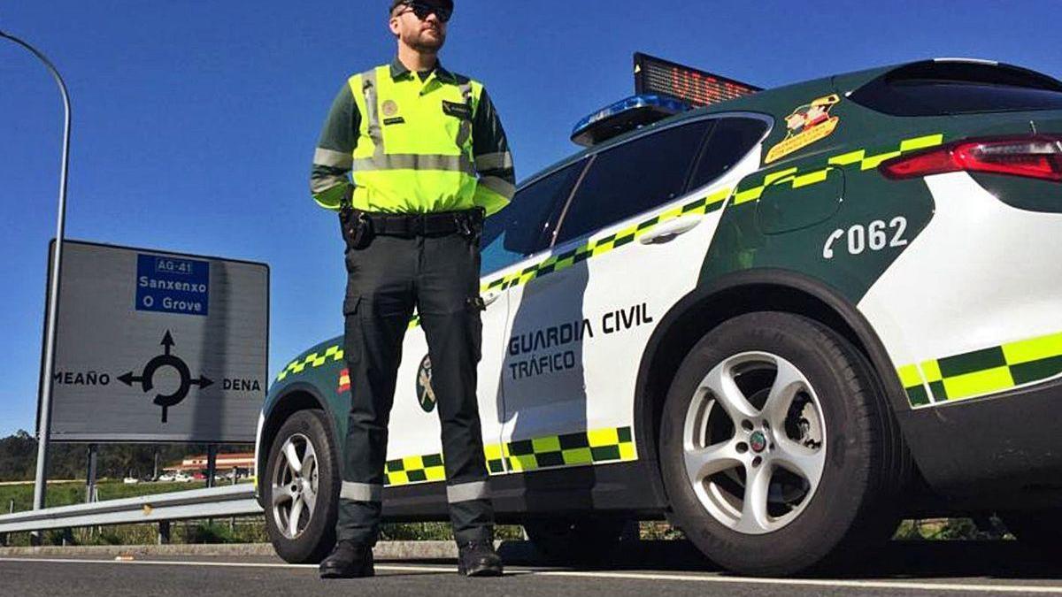 Un agente de la Guardia Civil de Tráfico vigila una carretera en la proncia.