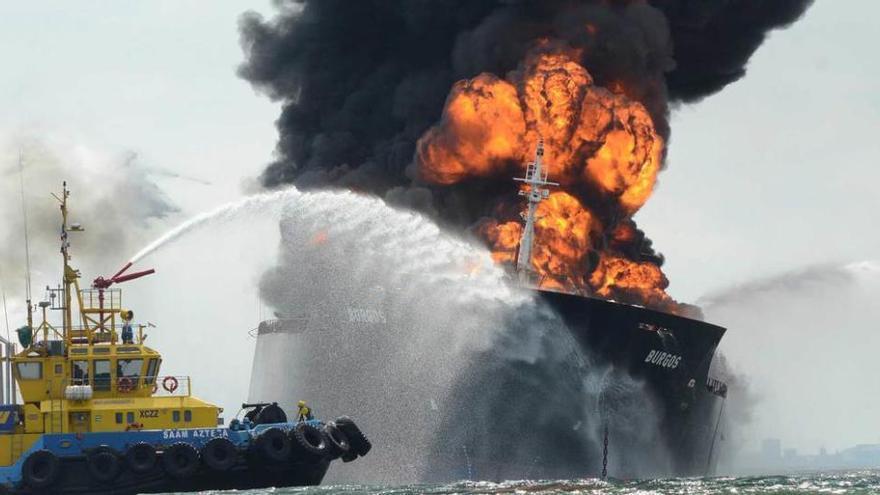 Incendio de un buque de Pemex con 167.000 barriles de petróleo