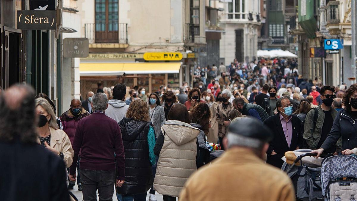 La calle de Santa Clara durante la mañana de ayer, Jueves Santo, atestada de gente.