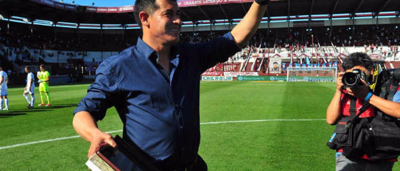 Almirón recibe una placa en su despedida ayer como entrenador de Lanús.