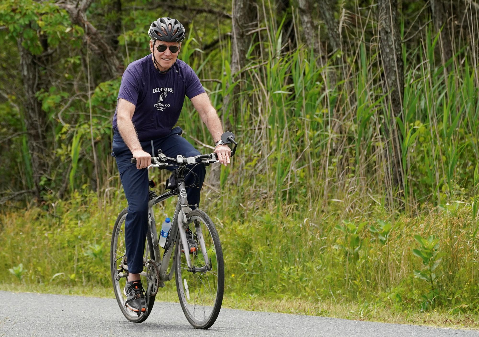 El presidente de EEUU, Joe Biden, posa para los medios en uno de sus paseos en bicicleta