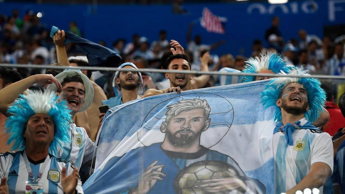 Aficionados argentinos, con una bandera de Messi en el pasado Mundial.