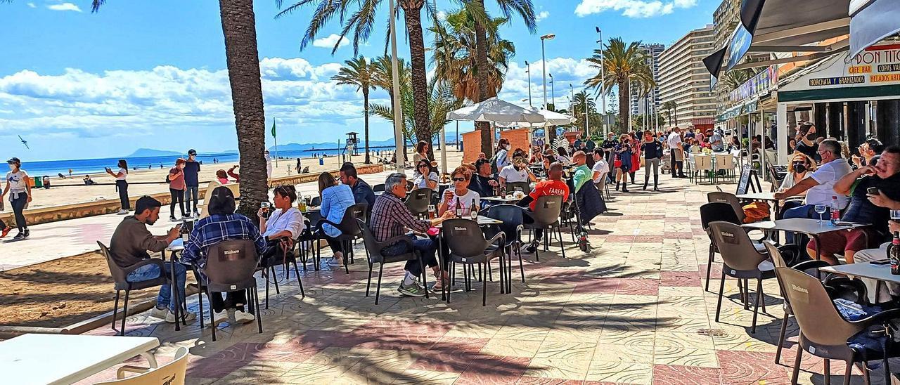 Una imagen del paseo marítimo de Cullera, que presenta buenos índices de ocupación, aunque la capacidad de gasto se retrae. | JOAN GIMENO