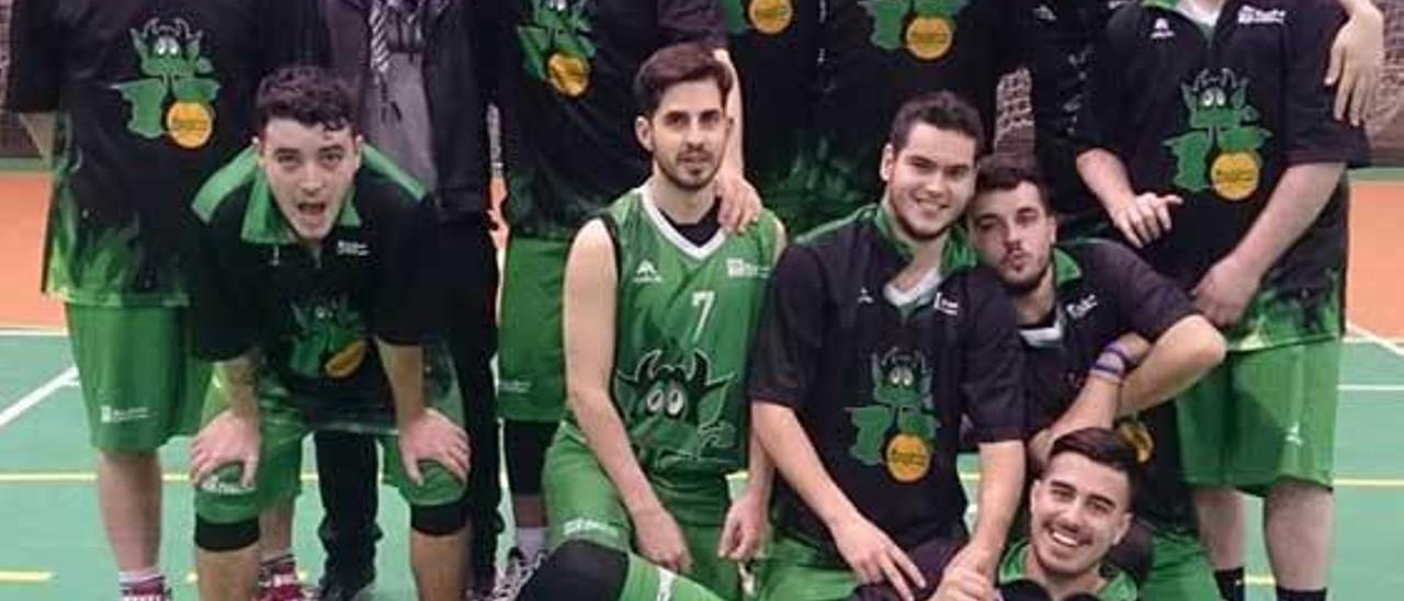 Equipo senior masculino de Basket Lena tras su triunfo ante La Bocana.