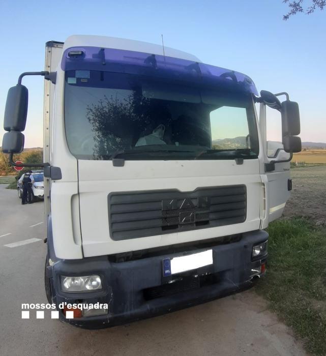 El camió interceptat a Torrent que duia material per cometre l'estafa de l'asfalt