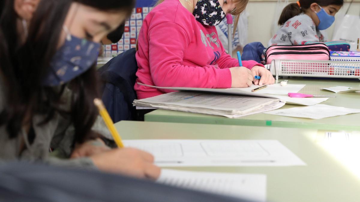 Escolares con mascarilla en un centro asturiano.