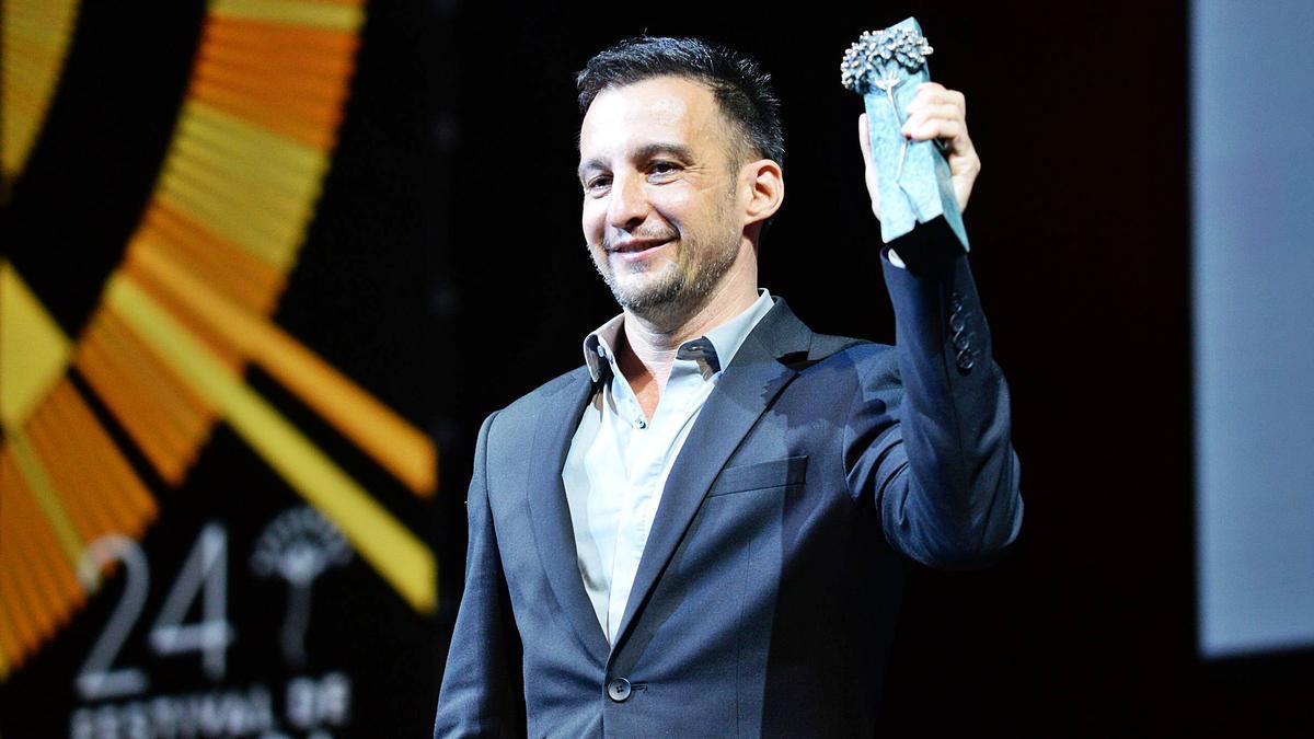 El cineasta, con su Premio Málaga, anoche en el Teatro Cervantes.
