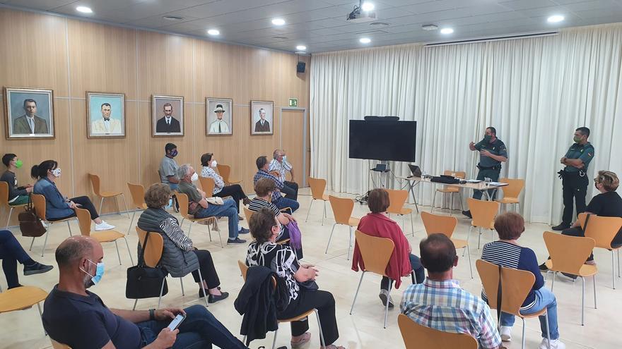 La Guardia Civil imparte en Ibiza conferencias destinadas a mayores para evitar los robos en el campo