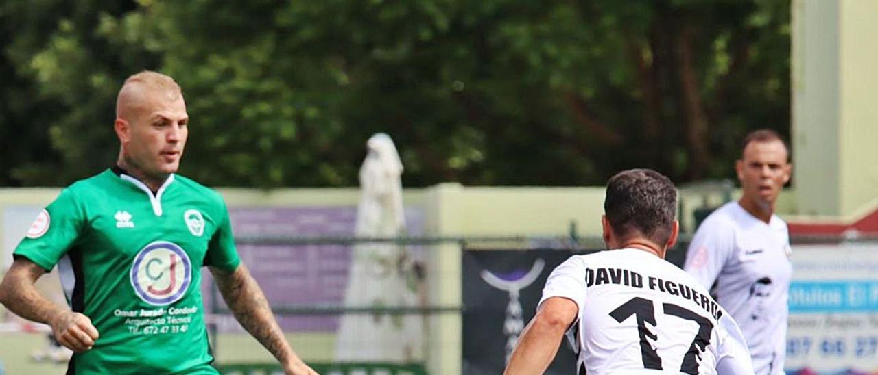 Agoney, del Atlético Paso, controla el balón ante la defena de David Figueroa y Carmelo, ambos del Arucas. | | ÓSCAR SIMÓN