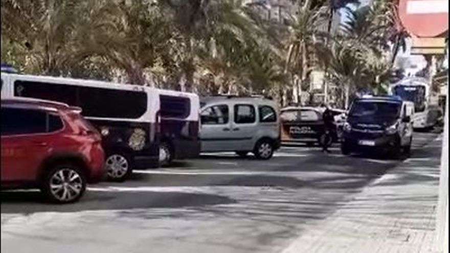Una veintena de aficionados reciben al Madrid en su hotel de Elche