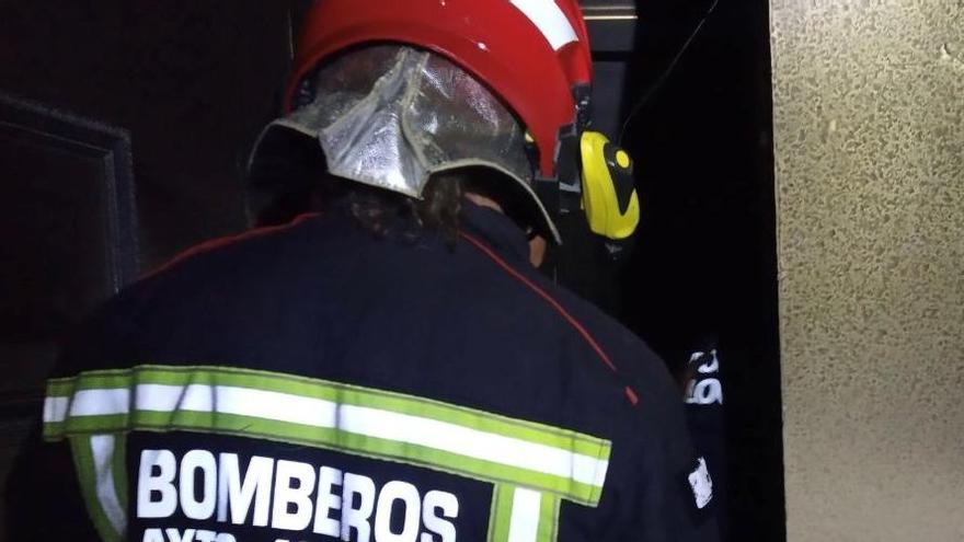 Una mujer intoxicada en un incendio de vivienda causado por una vela en Alicante