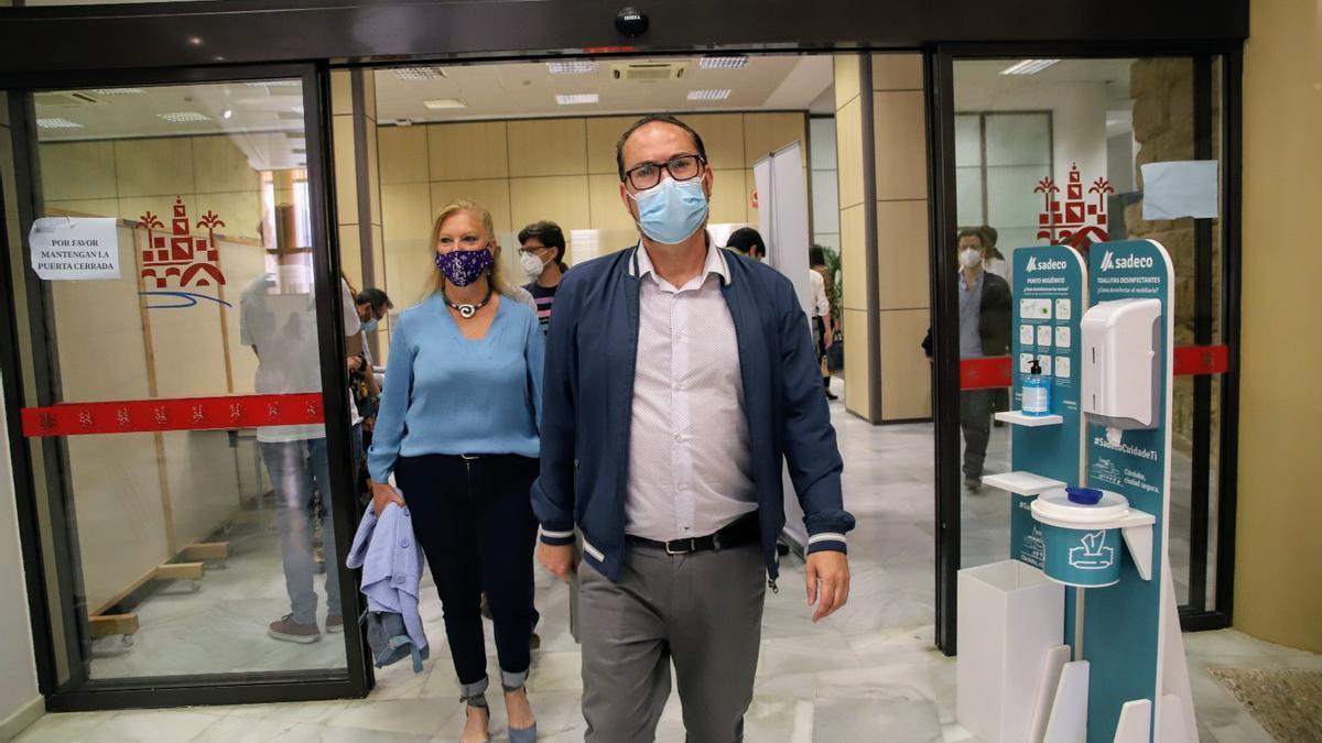 Juan Alcántara, acompañado de Cristina Pedrajas, entra a la sala de prensa del Ayuntamiento.