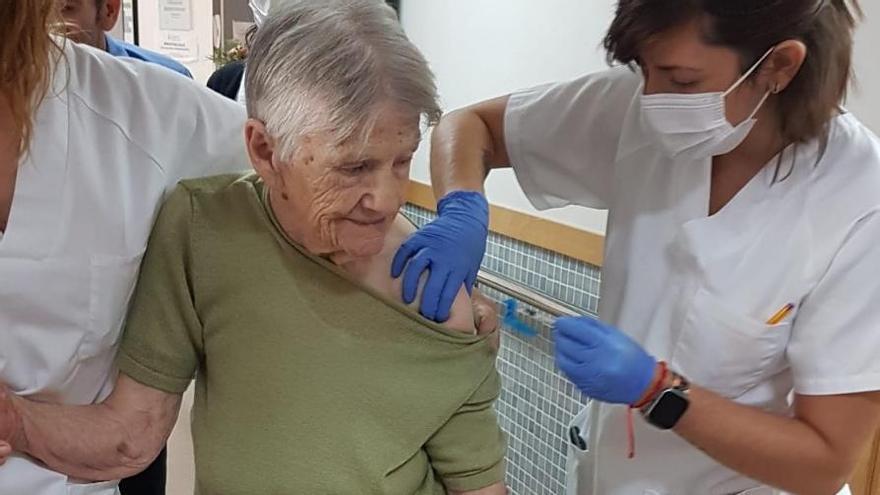 Sanitat ya ha comenzado a administrar la tercera dosis de la vacuna en residencias